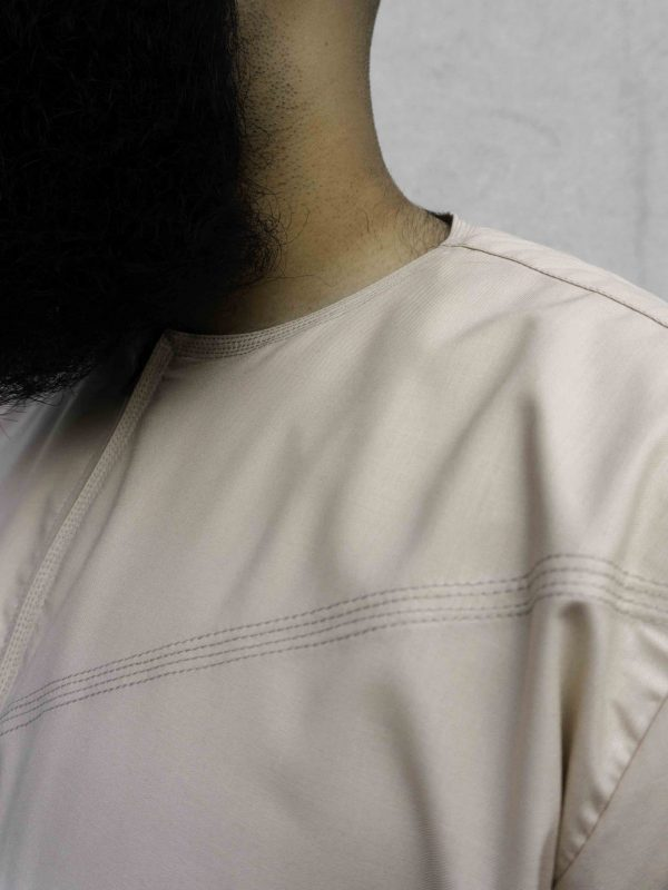This season, we have settled with our desert sand thawb with its neutral stone and cream colour variations. The desert sand thawb is a loose fit, with no collar around the neck. It is a polyester spun fabric – lightweight and breathable. This thobe uk is perfect for the autumn season, not too thick (the heat is really making an appearance this year) and not too thin (for the breeze). It is a great colour that you can contrast with using different shades to make a classic autumn outfit.